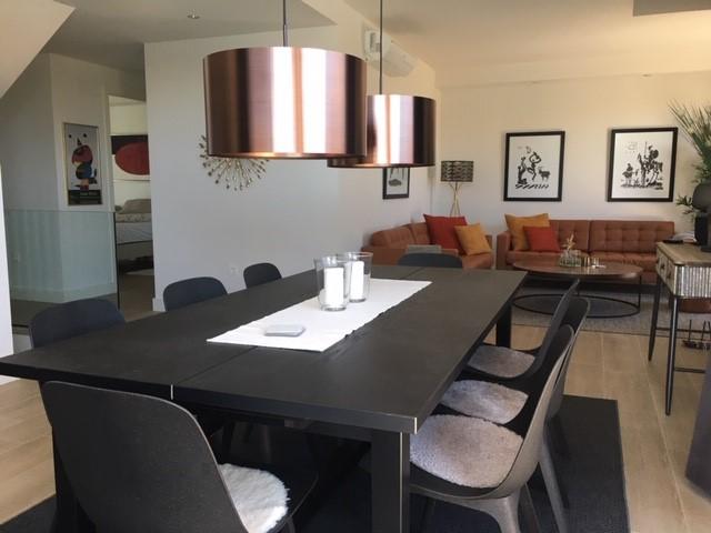 Vardagsrum med matbord och lounge