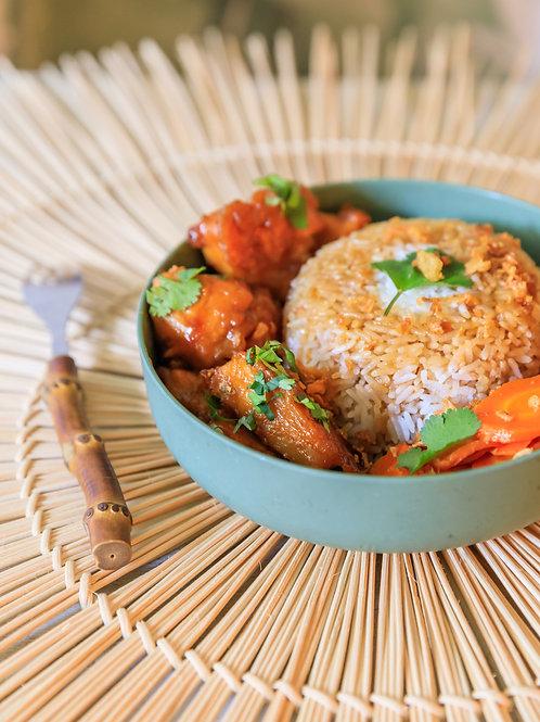 Notre poulet tao : poulet frit , enrobé d'une sauce épicée et sucré et son riz .
