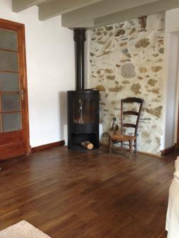 Gîte maison Marinette - Le salon avec poêle à bois