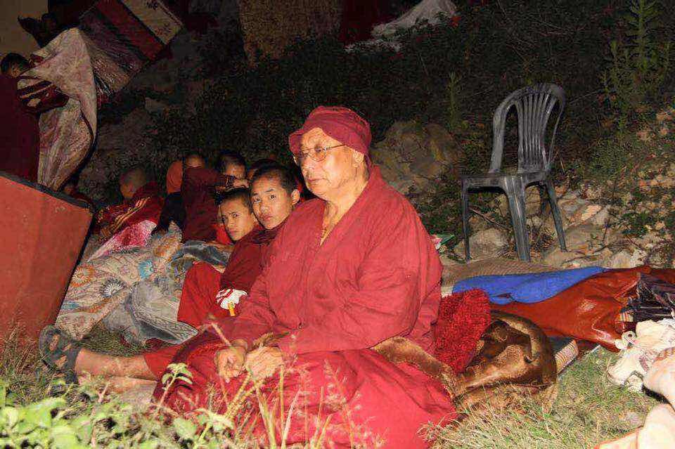 校長確戒仁波切於 2015年尼泊爾地震災難中,寺廟建設盡毀,仍然堅毅地帶領僧眾,幫助尼泊爾受災居民,重建他們的家園