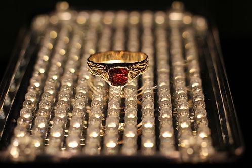 Золотой перстень с красным гранатом