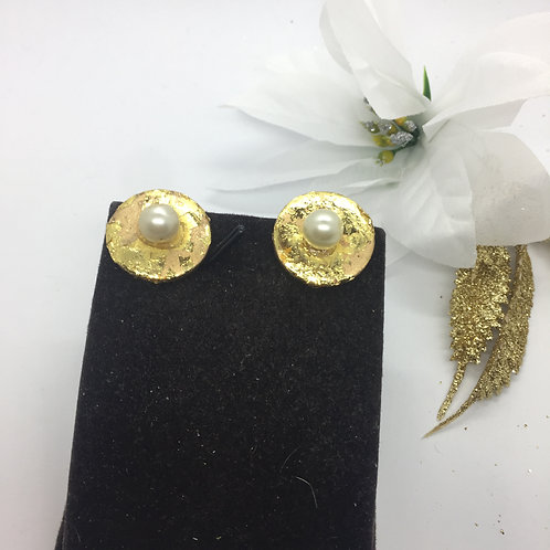Round golf leaf and simulated pearl stud earrings