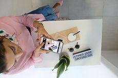 flatlay-girl-mobile-phone-1474932.jpg