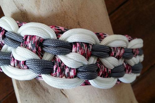 Schönes Halsband aus Paracord geknüpft