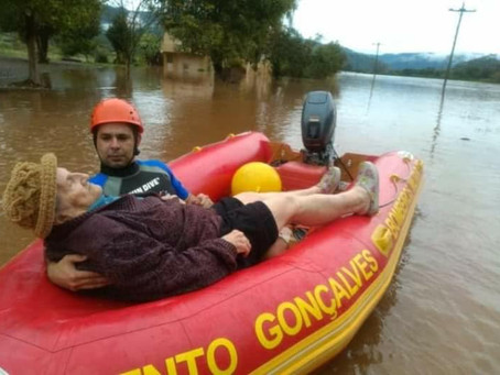 Bombeiros resgatam casal de idosos em meio à enchente em Roca Sales; vídeo