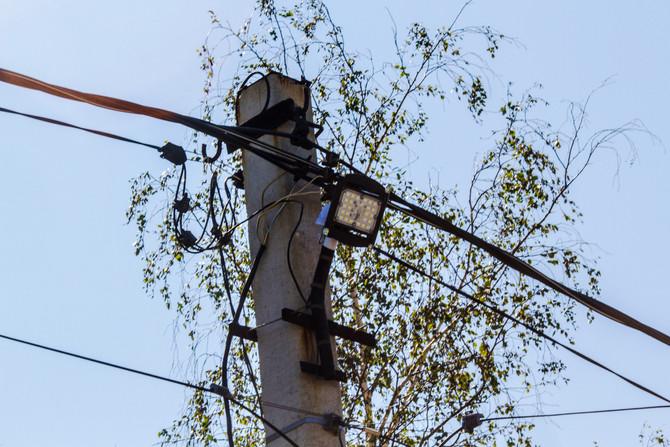 Установка новых светодиодных приборов освещения началась в поселке Хрустальный.