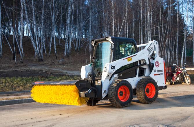 УК «Изумруд» приобрела новый Bobcat и навесную щетку для чистки дорог в поселках Хрустальный, Villet