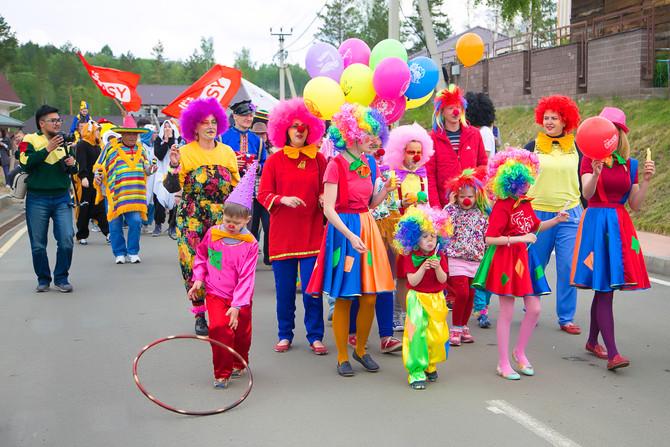 """Карнавал в """"Хрустальном""""! Как все жители готовились к главному празднику лета."""