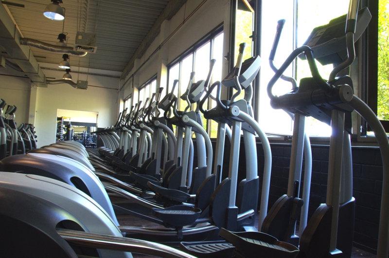 FitFam-Fitnessstudio-Crosstrainer