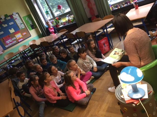U petak, 3. 5. 2019. družili smo se uz knjigu, a čitateljica nam je bila mama Dijana. Pročitala nam je priču kako je Perica postao hrabar. Priča je bila jako zanimljiva i poučna.
