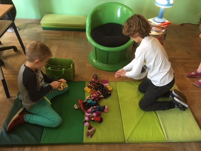 """U petak, 29.3.2019. nam je čitateljica bila mama Petra. Pročitala nam je zanimljivu priču o Čarapojedcu.  Iza čitanja organizirali smo malo natjecanje """"Pronađi par čarapi"""". Bilo nam je vrlo zabavno te smo zaključili da i pomoć u kući može postati dio naše igre."""