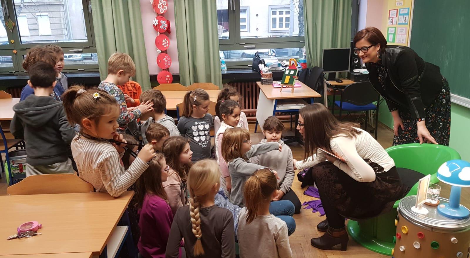 """U petak, 22.2.2019. u sklopu razrednog projekta gošća čitateljica, mama Marijana nam je pročitala edukativnu priču """"Samo lijepo zamoli"""". Potaknula nas je na razmišljanje o važnosti čarobnih riječi u svakodnevnim životnim prilikama."""