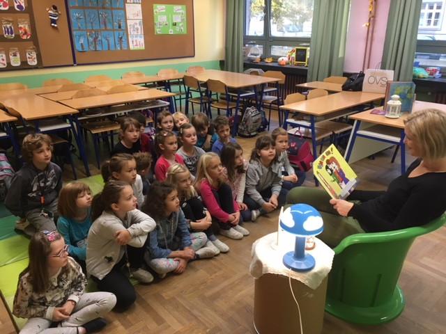 U petak, 26.10.2018. u sklopu projekta Druženje uz knjigu petkom naša draga čitateljica, mama Ivona pročitala nam je lijepu priču u stvarateljici boja. Bilo nam je vrlo zanimljivo i poučno.