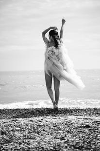 becci_fashion_BW_beach_aug_2020_kerry_cu
