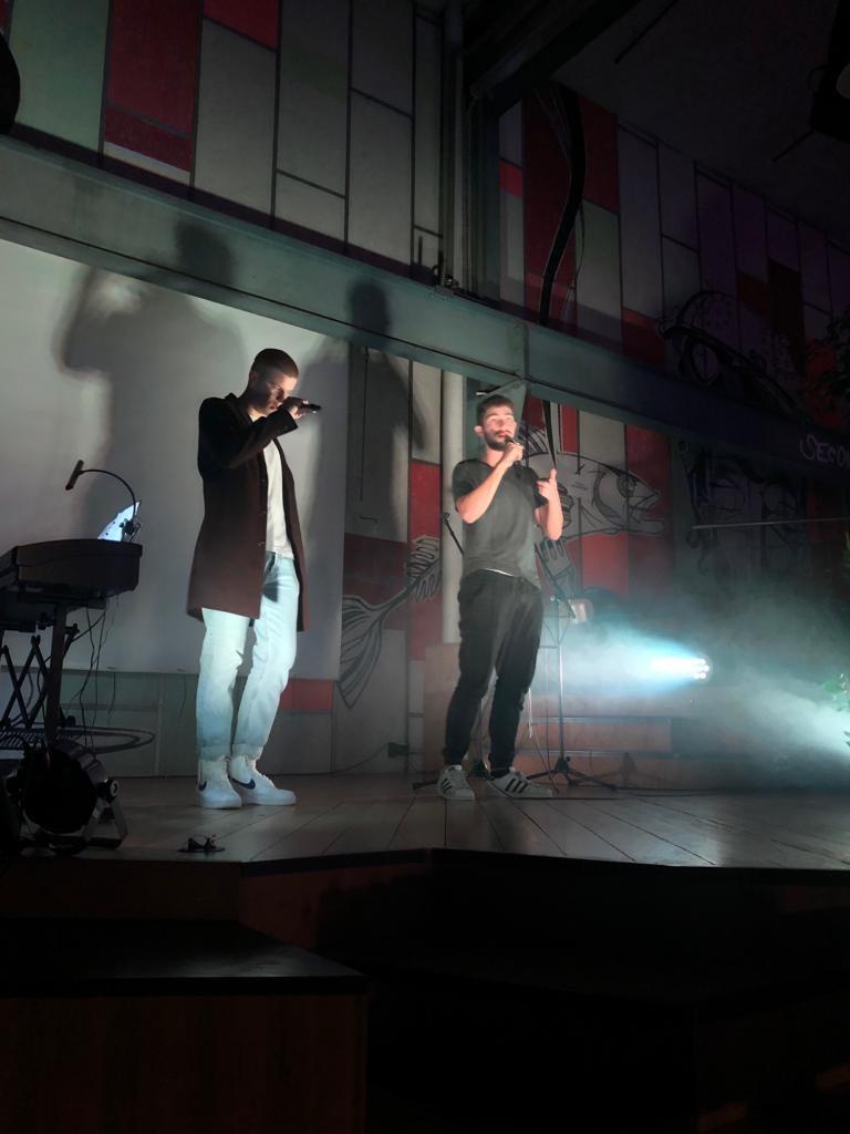 Performance von Dennis und Colin