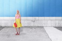 Modèle de mode sur Blue Wall