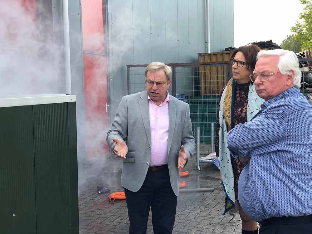 Jan Waayer in gesprek met Tweede Kamerlid Helma Lodders (VVD) en Henk Bolk over het biologische luchtfilter van JW ESPO.