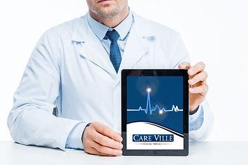 Médico mostra ipad om logo da Care Ville