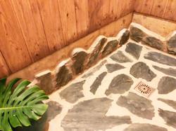 シャワー室の床は石張りです。