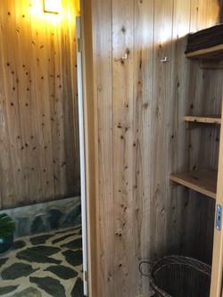 木の温もりを感じさせる、シャワー室・脱衣所