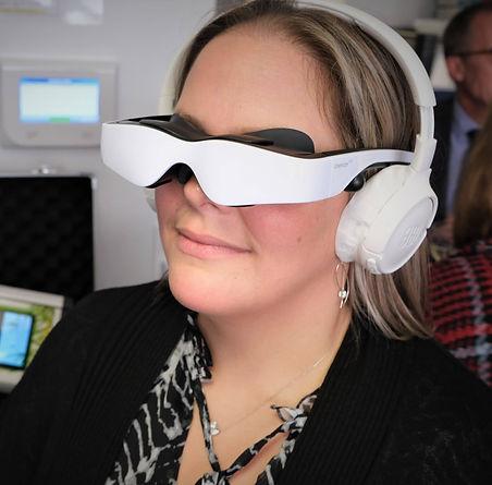 une femme essaye le dispositif relax