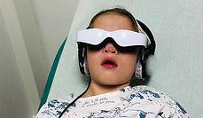 une enfant essaye le dispositif relax