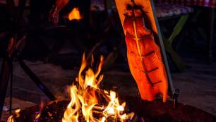 Wildlachs am offenen Feuer