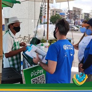 Ação de sensibilização com comerciantes da Orla de Camburi