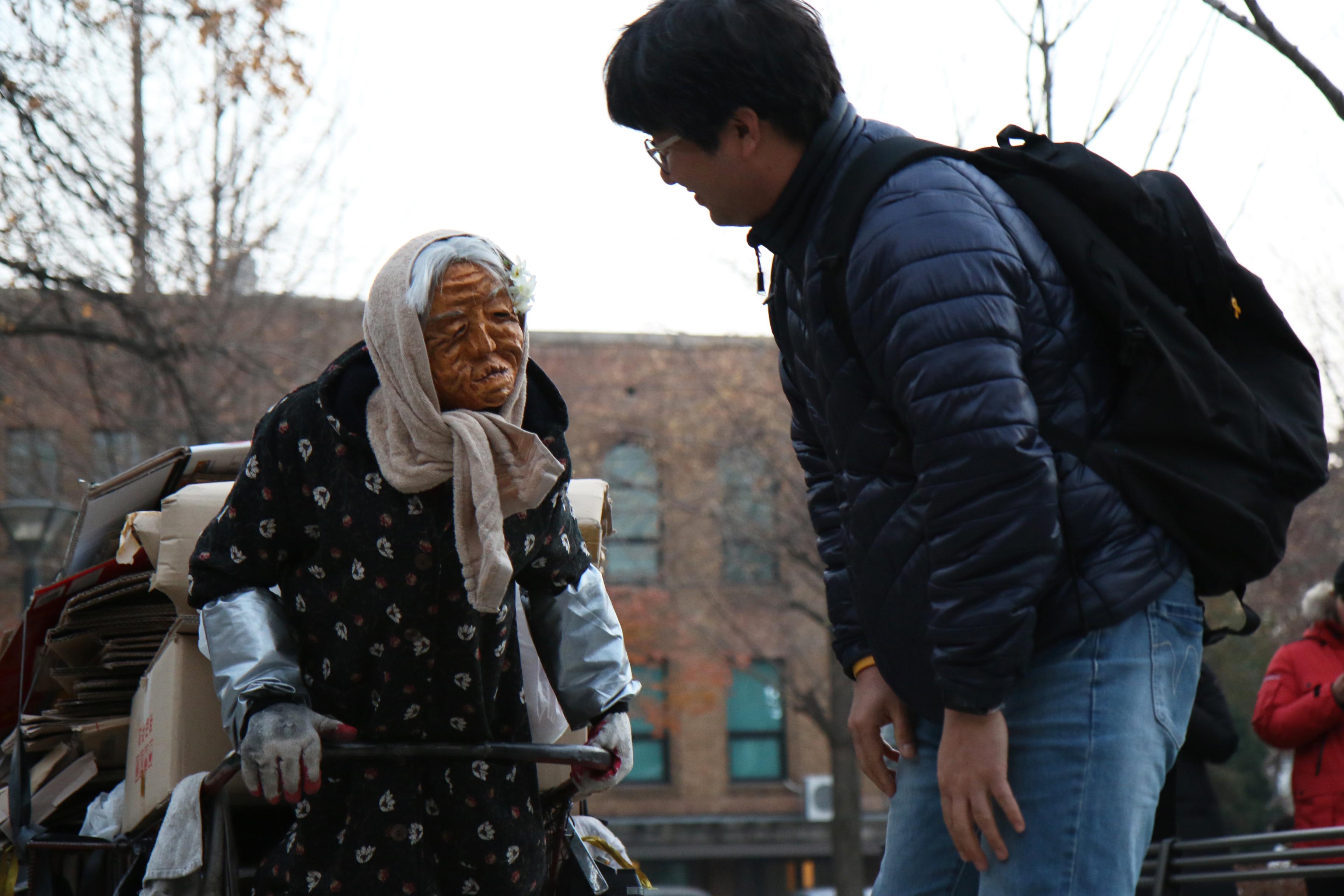 할머니 무얼 도와드릴까요?
