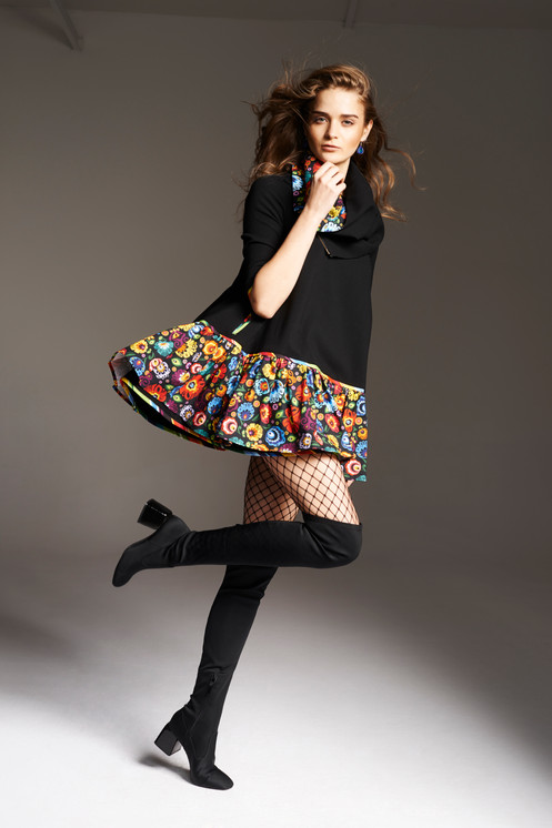 d13bbd9367 sukienka trapez czarna - falbana w kwiaty czarne tło