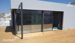 minimal frame 5,2m σε γωνία με 3,5m με ενσωμετωμένο γωνιακά blinds.