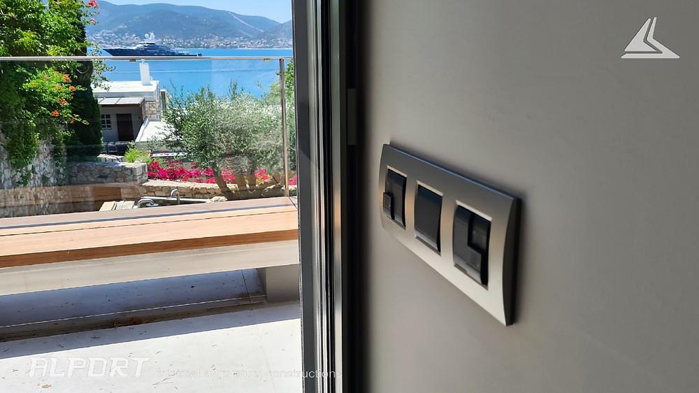 Μίνιμαλ κούφωμα αλουμινίου πλήρως εντοιχισμένο με υποστήριξη ηλεκτρικής σίτας και ρολού ασφαλείας χωρίς εμφανή κουτιά και εξαρτήματα !!!