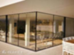 Συρόμενο γωνιακό κουφωμα αλουμινίου για μεγαλα ανοίγματα minimal χωρίς πλαίσιο