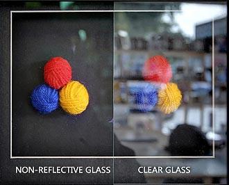Το αντι-ανακλαστικό γυαλί είναι ένα εξειδικευμένο προϊόν που έχει υποστεί επεξεργασία για να μειώσει την ποσότητα ανάκλασης της επιφάνειας που φαίνεται από την επιφάνεια του γυαλιού.