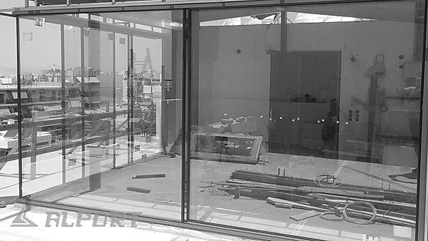 Γωνιακό κούφωμα αλουμινίου χωρίς πλαίσιο. Σε εξέλιξη οι εργασίες τοποθέτησης ενεργειακών minimal κουφωμάτων λεπτού προφίλ σε διαμέρισμα με θέα στον σαρωνικό κόλπο , minimal aluminium windows, minimal αλουμινια