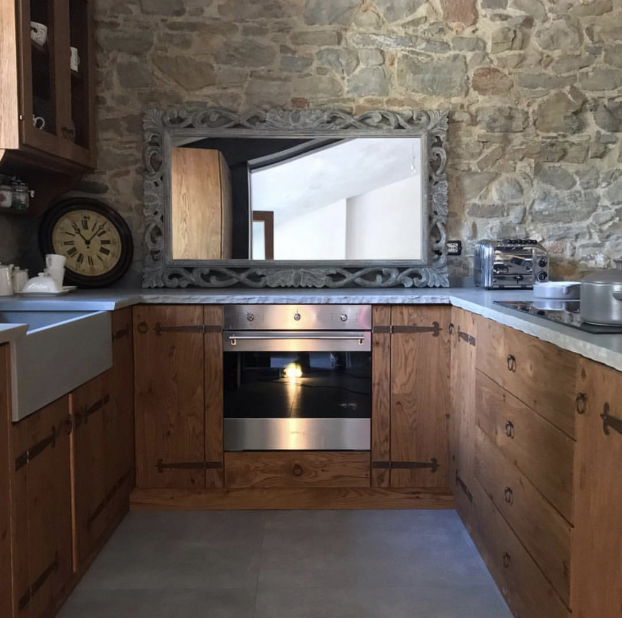 cucina-antica-rustica-smeg-forno-top-pia