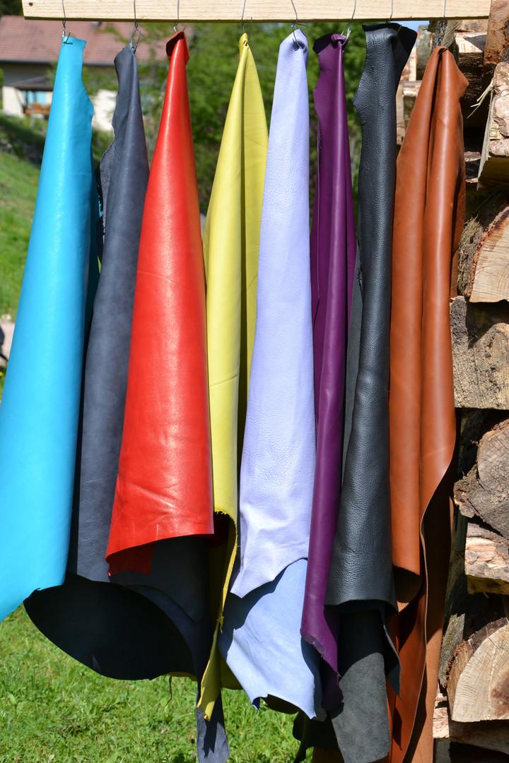 Nous choisissons soigneusement nos cuirs provenant de tanneries Françaises et parfois de l'Union Européenne (Italie, Espagne)