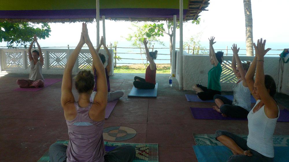 Yoga über dem Meer