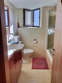 להשכרה דירת גג ברעננה חדר אמבטיה