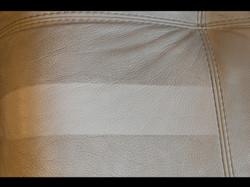 detail čištění kožené sedací soupravy