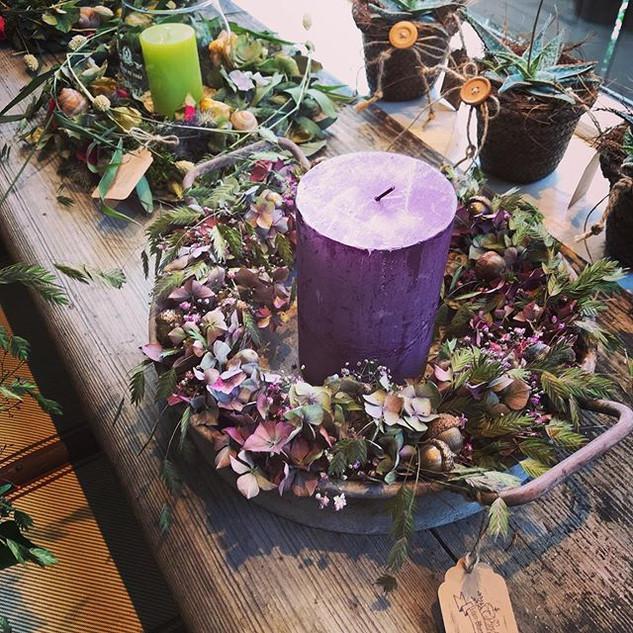 Herbstlicher Kranz aus Hortensien, Gräsern und mit Kerze