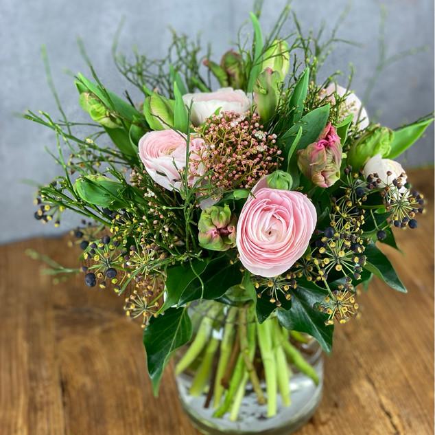 Frühlingsstrauss mit Tulpen und Ranunkeln