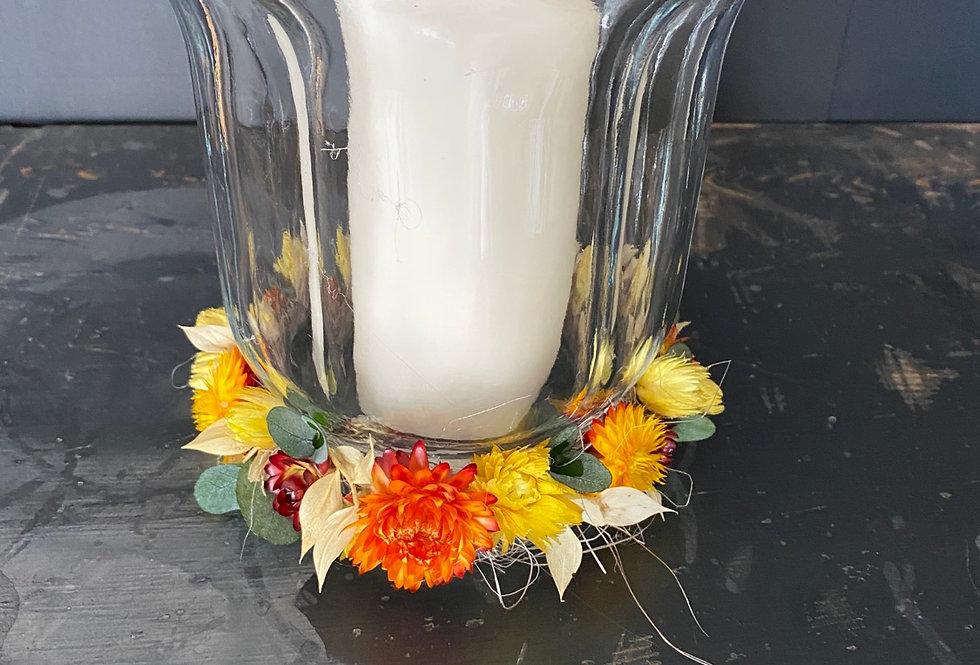 Windlicht mit Trockenblumenkränzchen und Kerze