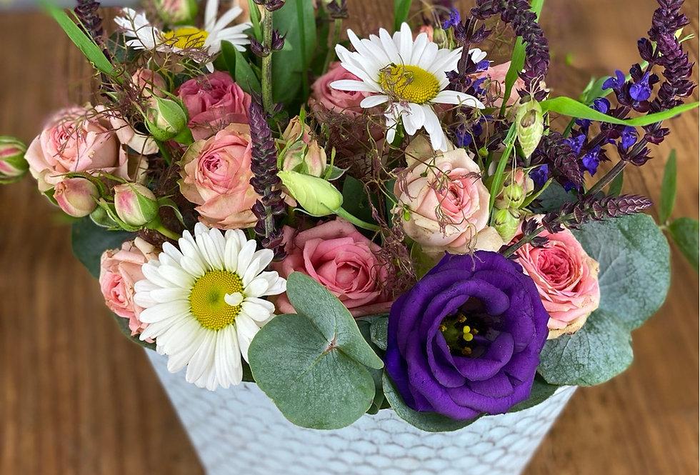 Blumengesteck mit saisonalen Blumen