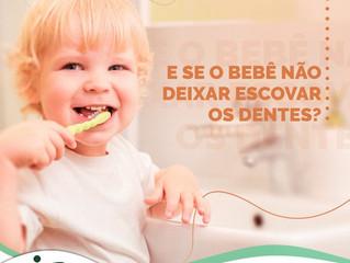 E se o bebê não deixa escovar os dentes?