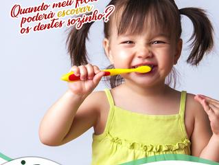 Quando meu filho poderá escovar os dentes sozinho?