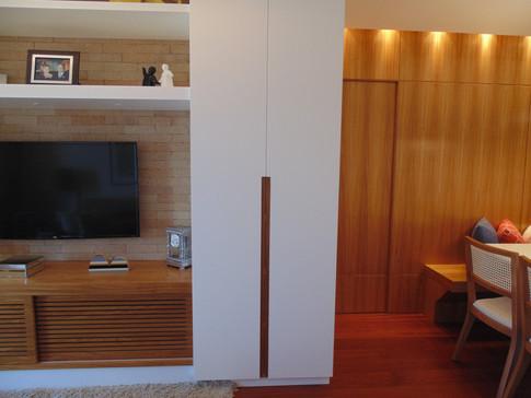 O louceiro ao lado do móvel de tv, além de prático...