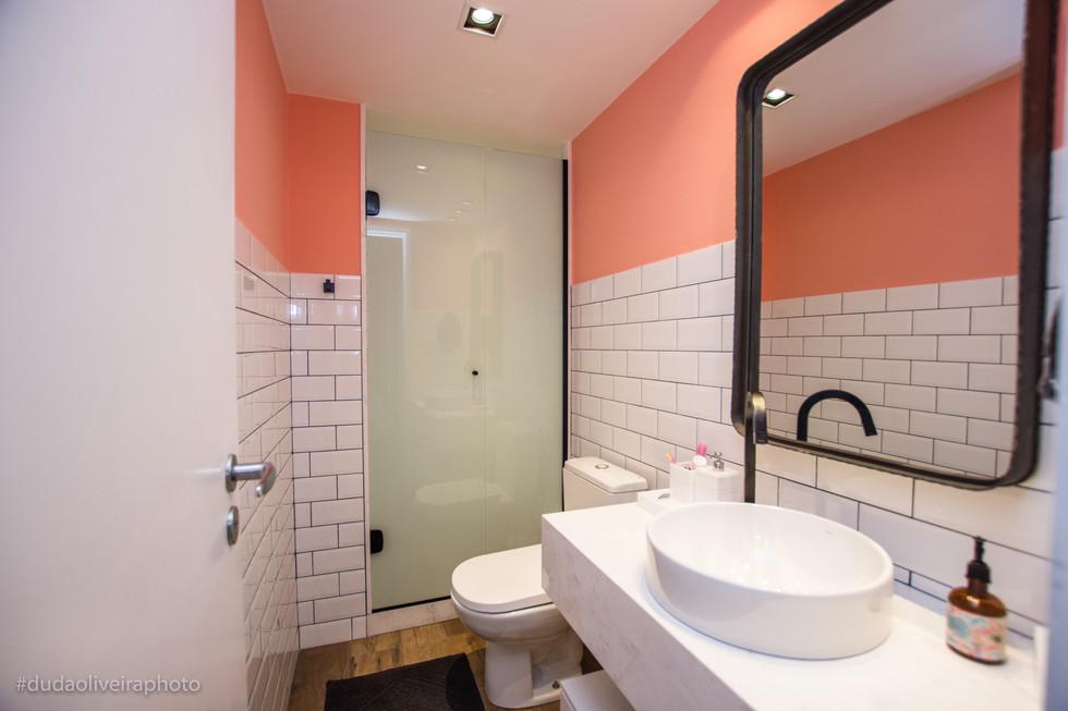 Banheiro da filha: elementos retrô como azulejos Metrô, rosa flamingo e detalhes pretos.