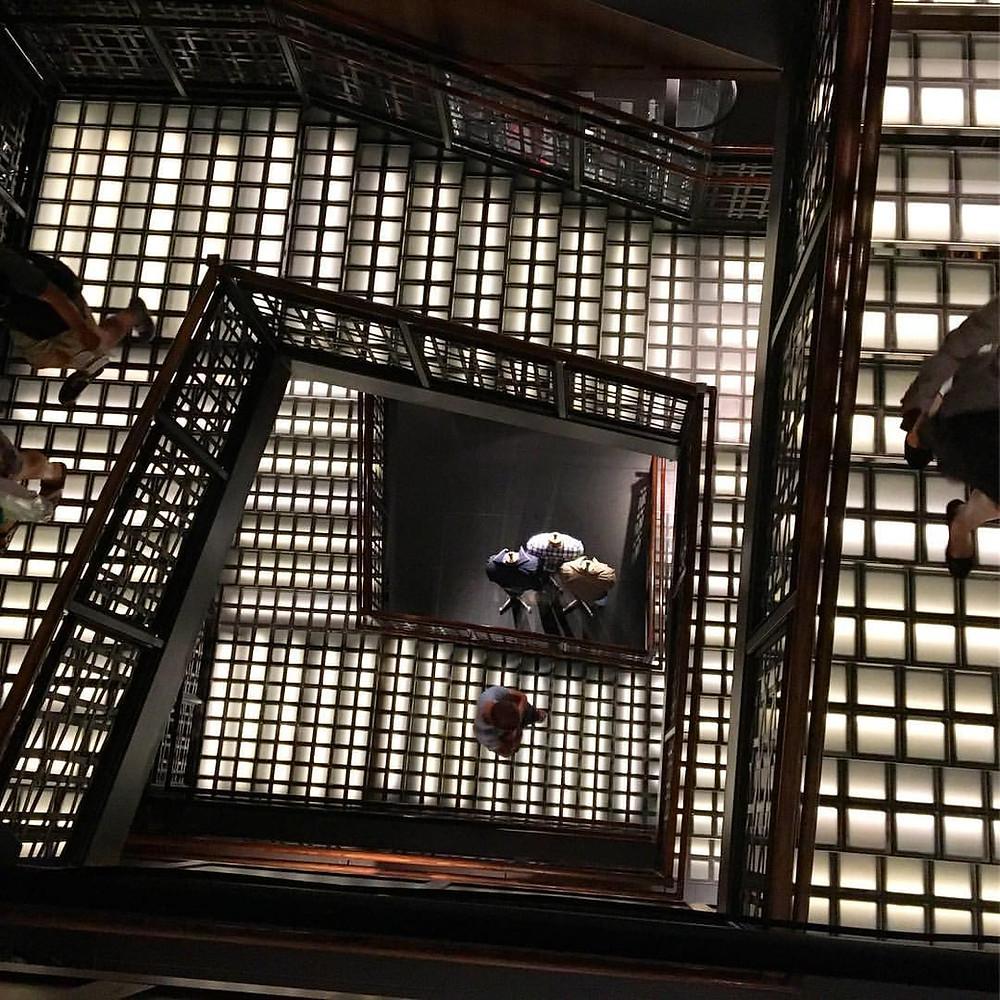 Escada com blocos de vidro iluminados