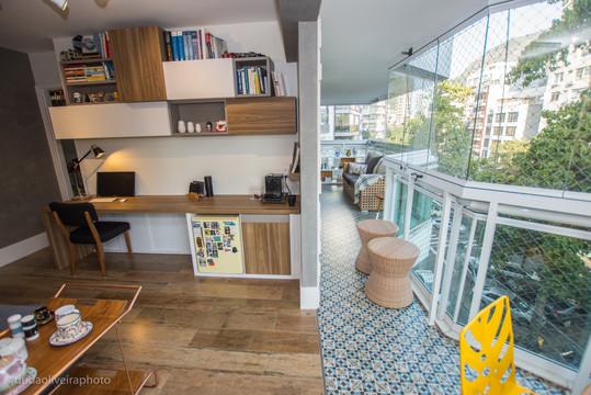 Escritório e varanda integrados.